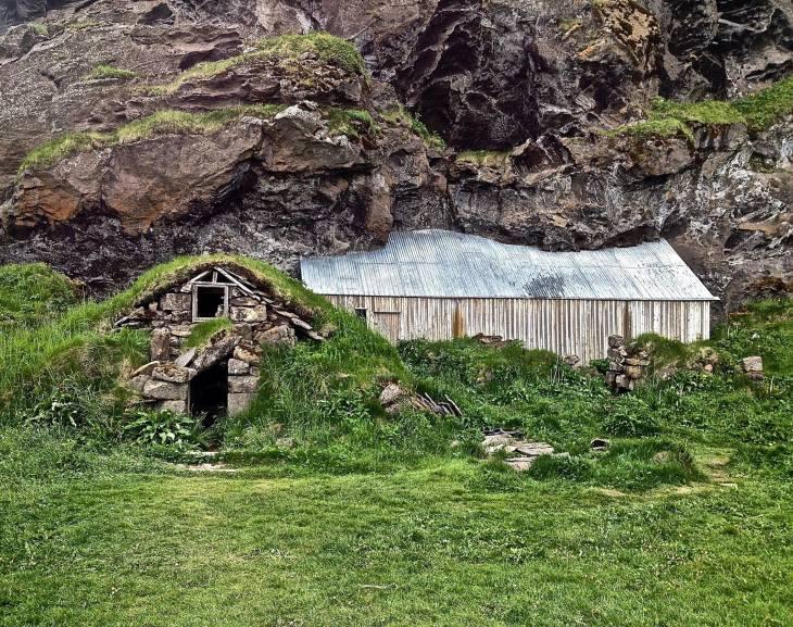 Grass huts along Ring Road
